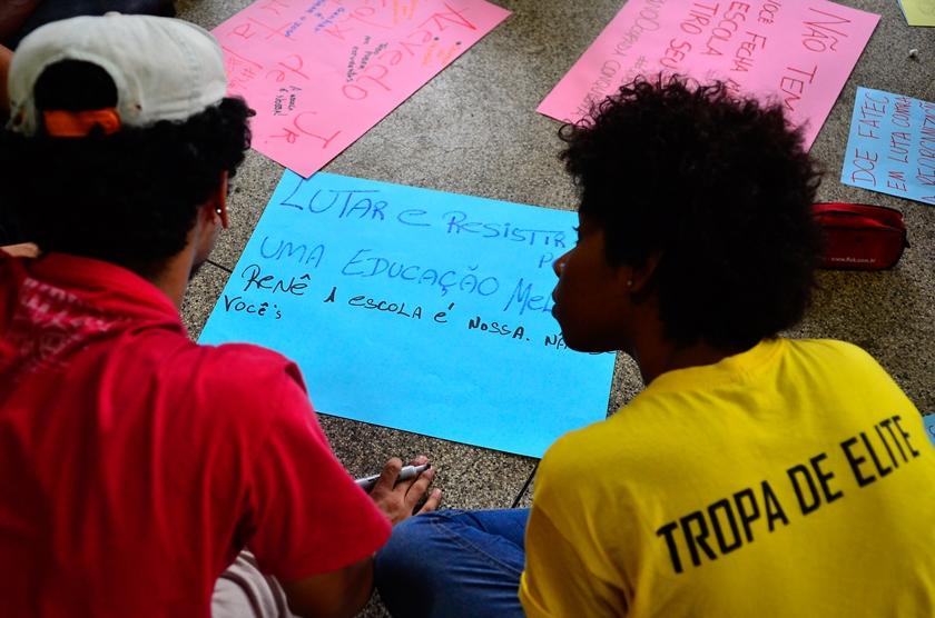Alunos do DF ocupam escolas para serem ouvidos sobre mudanças na educação