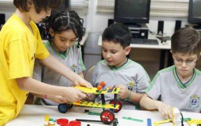 Robôs, naves espaciais e semáforos feitos por alunos reforçam ensino da ciência em escolas públicas