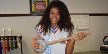 Estudantes aprendem Física construindo instrumentos musicais
