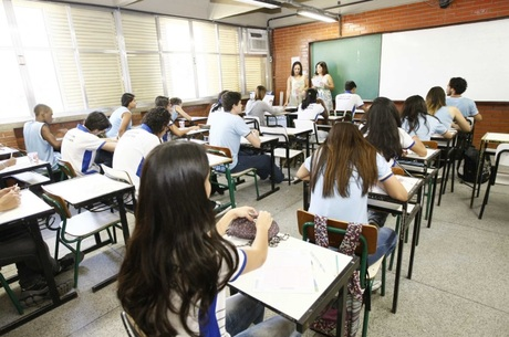 Nas escolas com alunos mais pobres, diretores são mais inexperientes e ganham salários menores