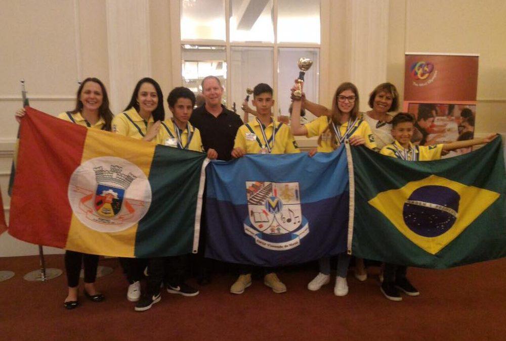 Alunos brasileiros de escola municipal vencem olimpíada de raciocínio na Grécia