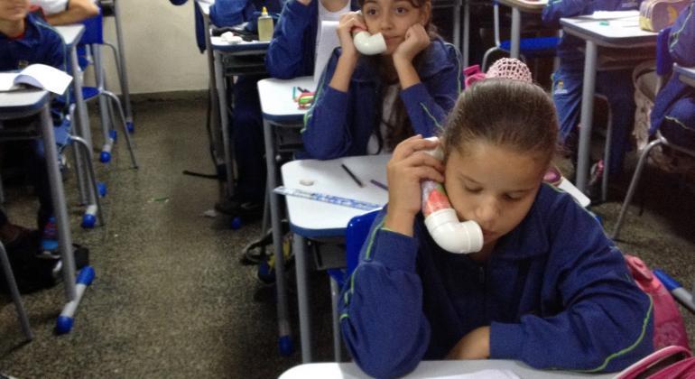 Professora municipal de BH cria engenhoca que revoluciona leitura na aula