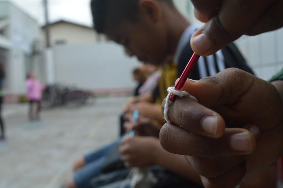 Meninos e meninas passam intervalo em escola pública fazendo crochê em Itajaí