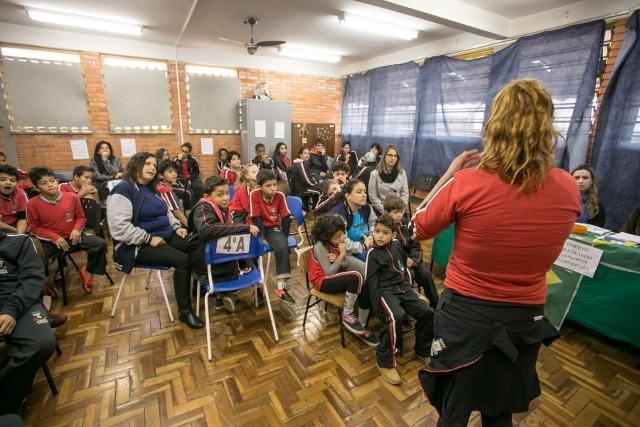 Soletrando com as mãos: jogo com linguagem de sinais promove a inclusão