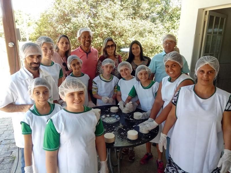 Alunos da rede pública participam de projeto agroecopedagógico na produção de queijo