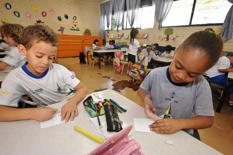 Brasil gasta 6% do PIB em educação, mas desempenho escolar é ruim