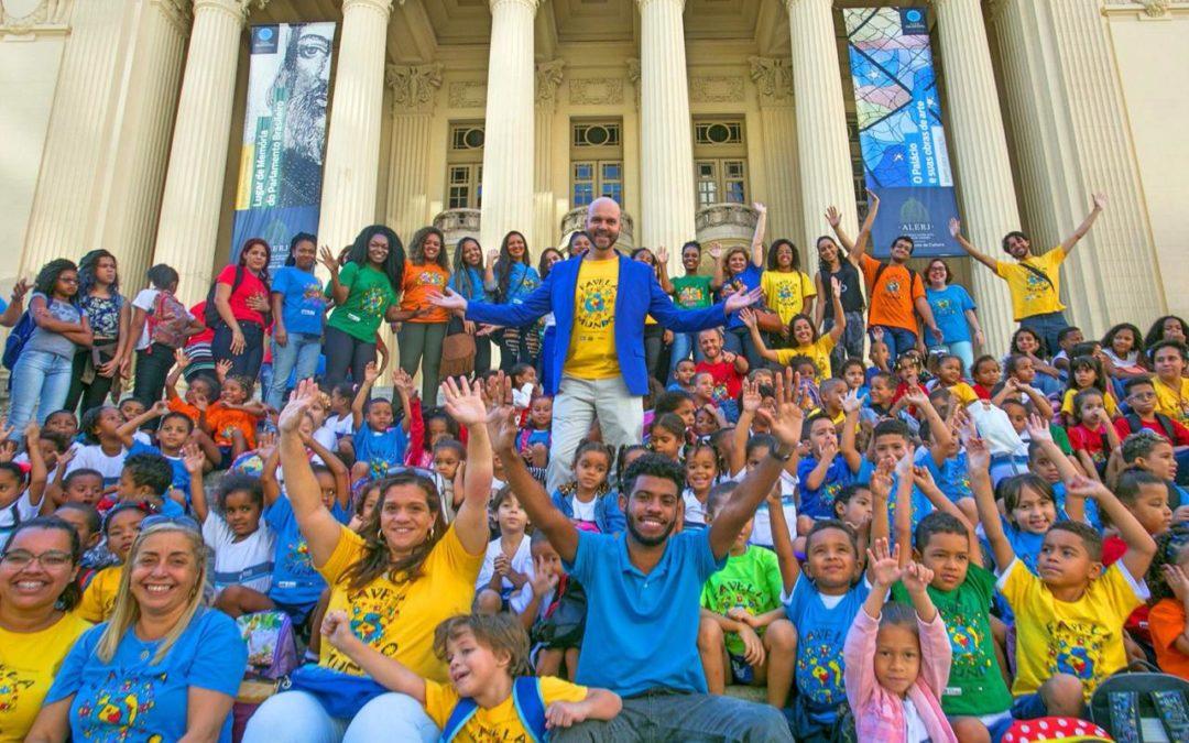 Professor carioca mobiliza as comunidades em torno da escola