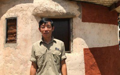 Com tinta de terra e cola, professor do DF pinta muros de escola e casas de comunidade rural