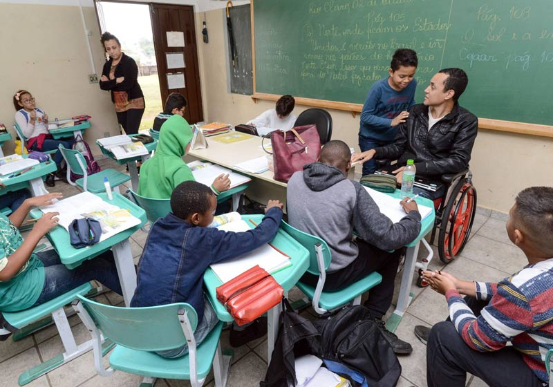 Professor brasileiro cego e cadeirante inspira alunos