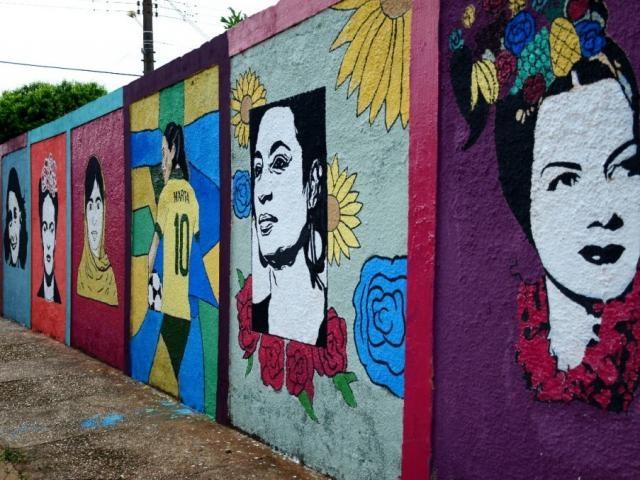 Fachada de escola estadual em Mato Grosso do Sul exibe mulheres fortes, desenhadas por alunas