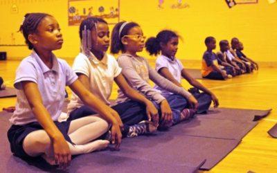 Escola pública substitui advertências por yoga e rendimento dos alunos melhora