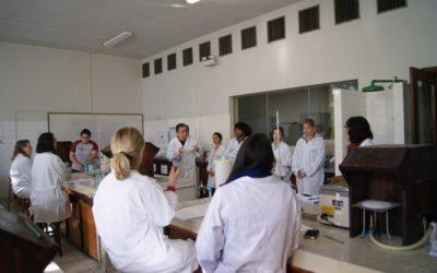 Experiências científicas transformam as aulas de Química em escolas públicas